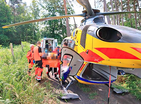 Wypadek podczas załadunku drewna! Z dźwigu z wysokości około 2 metrów spadł mężczyzna! Zobacz film!