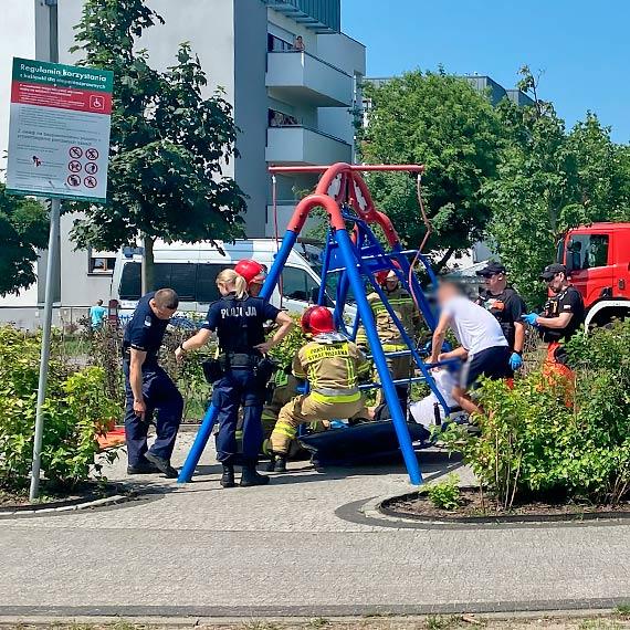 Nastolatkowie na huśtawce dla niepełnosprawnych. Jeden złamał nogę!