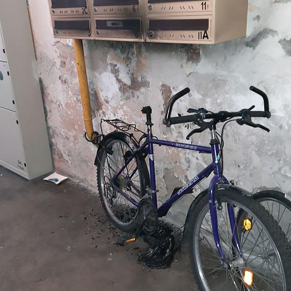 Kto podpalił rower na klatce schodowej?