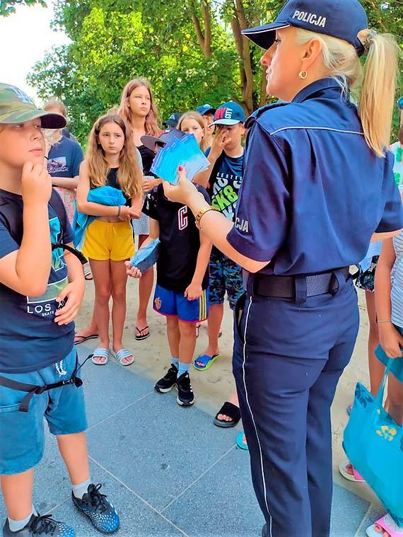 BEZPIECZNE WAKACJE: Policjanci odwiedzili młodzież wypoczywającą nad morzem