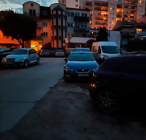 Mieszkanka: Dziki parking na Armii Krajowej. To, co tutaj się dzieje, przechodzi ludzkie pojęcia