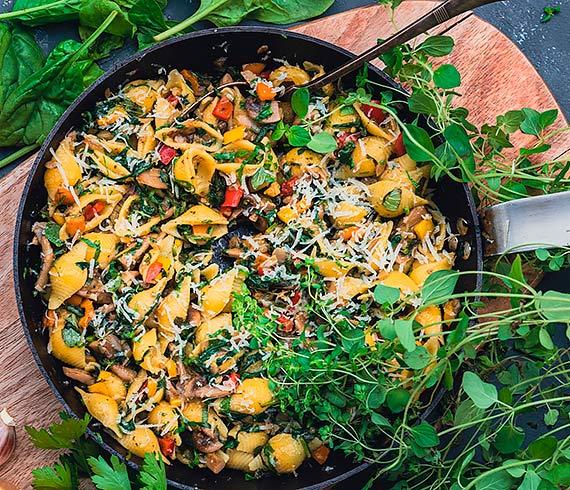 Bezglutenowy makaron muszelki z warzywami i pieczarkami