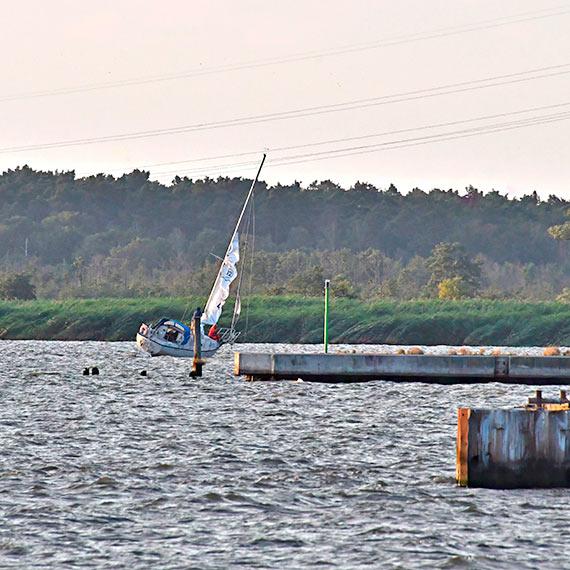 Dwie jednostki SAR wyruszyły na pomoc załodze jachtu. W niebezpieczeństwie były 2 osoby! Zobacz film!
