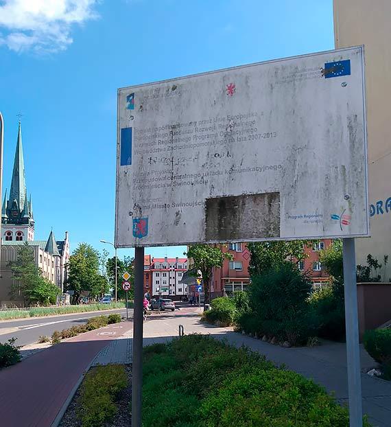 Miasto wypowiedziało wojnę szpecącym reklamom firm ale nie potrafi zadbać o własne! Ta miała upamiętniać przebudowę centrum...