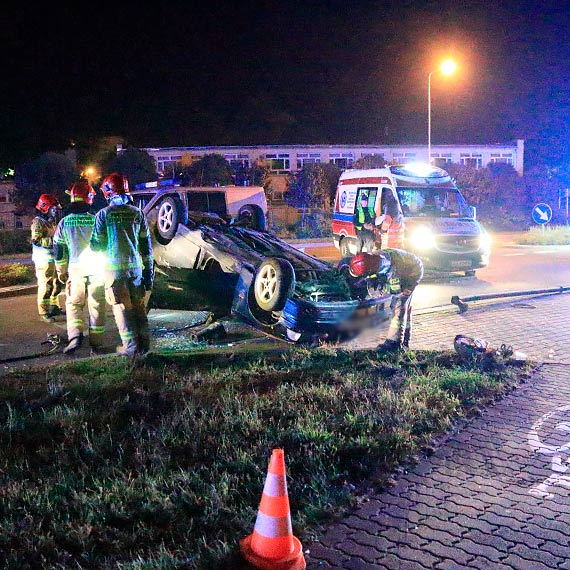 BMW uderzyło w latarnię i dachowało. Zobacz film!