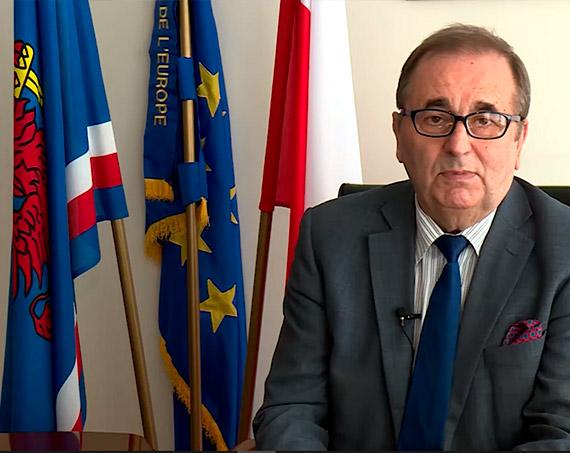 Flagowy miszmasz w telewizyjnych wystąpieniach prezydenta Świnoujścia Janusza Żmurkiewicza