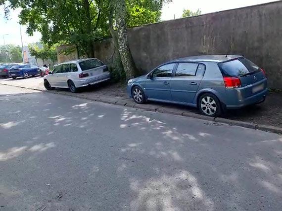 Przy Lutyckiej zaparkowane samochody zajmują pobocza i ciąg pieszy. Najwyższy czas szukać docelowego rozwiązania tego problemu! [1]