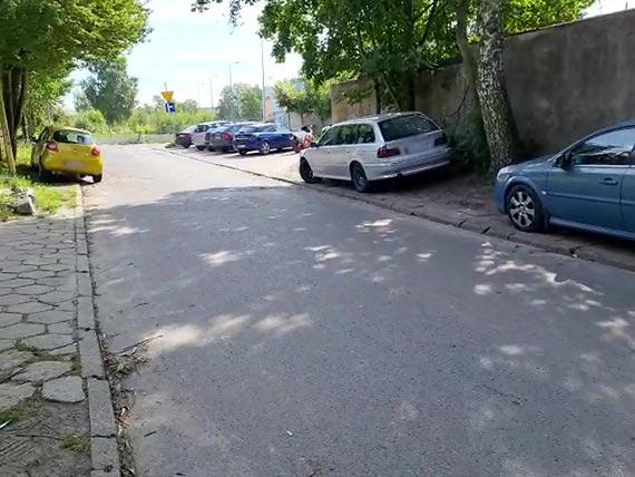 Przy Lutyckiej zaparkowane samochody zajmują pobocza i ciąg pieszy. Najwyższy czas szukać docelowego rozwiązania tego problemu! [2]