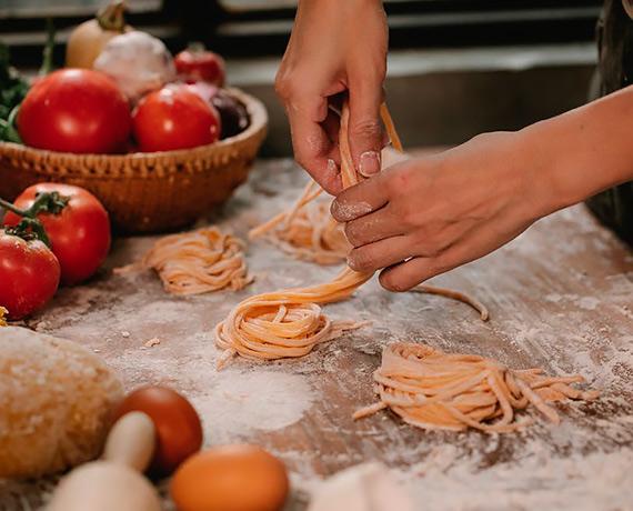 Pomysł na domowy makaron – czyli dlaczego warto zrobić go samodzielnie?