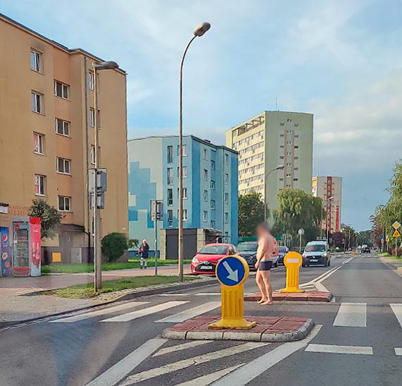 Mieszkaniec: Morsowanie na sucho po świnoujsku. Mężczyzna paradował po ulicy w samych majtkach!
