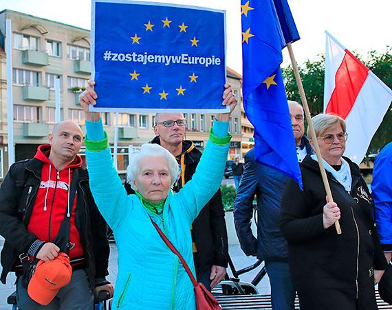 """Świnoujścianie mówią głośno: """"zostajemy!"""" Mieszkańcy na Placu Wolności manifestowali sprzeciw dla próby wyprowadzenia Polski z Unii Europejskiej. Zobacz film!"""