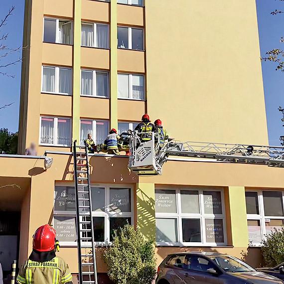 O krok od tragedii w centrum miasta. 76 - letnia kobieta wypadła z okna wieżowca!